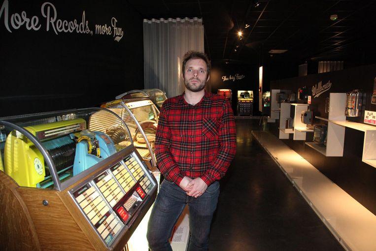 Coördinator Bram Wenes poseert voor een laatste keer in 'zijn' Jukebox Museum.