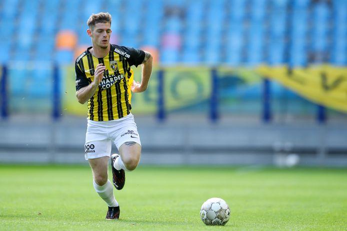 Thomas Buitink stoomt met de bal op voor Vitesse.