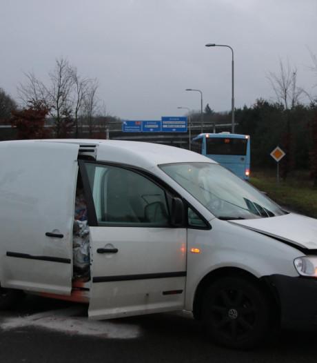 Auto botst op lijnbus bij toerit A12 in Arnhem