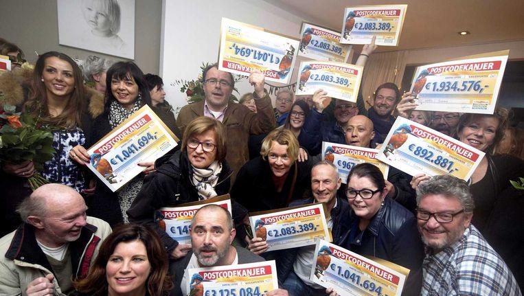 Deelnemers van de Postcode Loterij tonen hun winst. Beeld anp