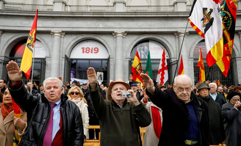 Ieder jaar op 18 november herdenken falangisten aan het mausoleum de dood van de dictator. Ze laten het niet na om hierbij de fascistische groet te brengen.