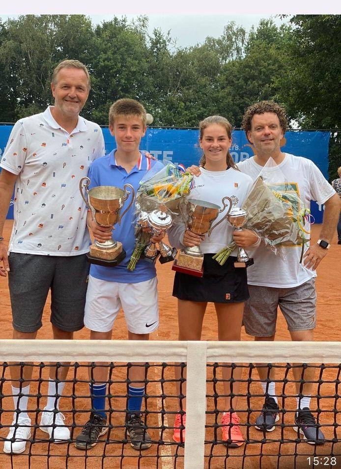 Blij na het NK (vlnr): trainer Tjerk Bogtstra (BK Tennis Academy), Manvydas Balciunas (kampioen jongens t/m 14 jaar), Rose Marie Nijkamp (nationale kampioene meisjes t/m 14 jaar) en Martijn Voorbraak (BK Tennis Academy).