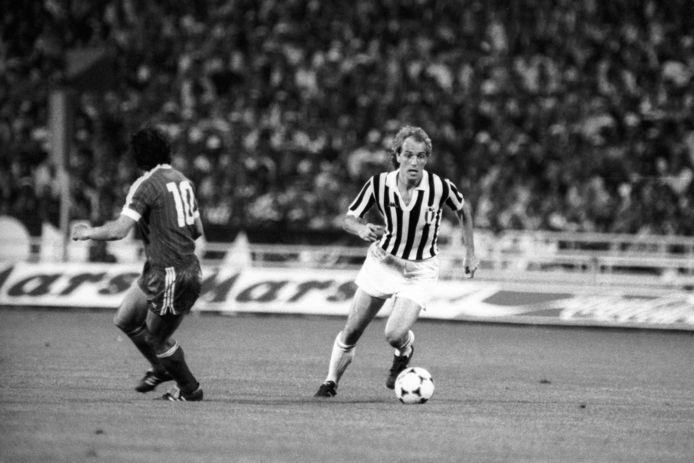 Roberto Bettega (rechts) aan de bal in de Europa Cup 1-finale tussen Juventus en HSV in 1983. Links Felix Magath.