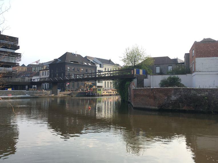 De bewuste brug. Deel 1 van de Krook naar de Sint-Jansvest ligt er, de rest ontbreekt