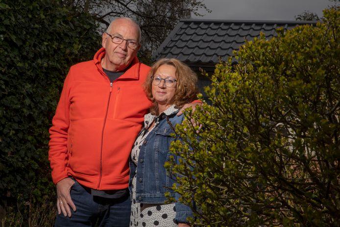 Apeldoorn - Portret Djoke en Henk ten Kate in de tuin van hun nieuwe huis. Foto bij artikel Phaedra Werkhoven. Foto Rob Voss - www.robvoss.nl