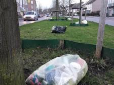 Storm jaagt plasticafvalzakken door de straten van Gennep