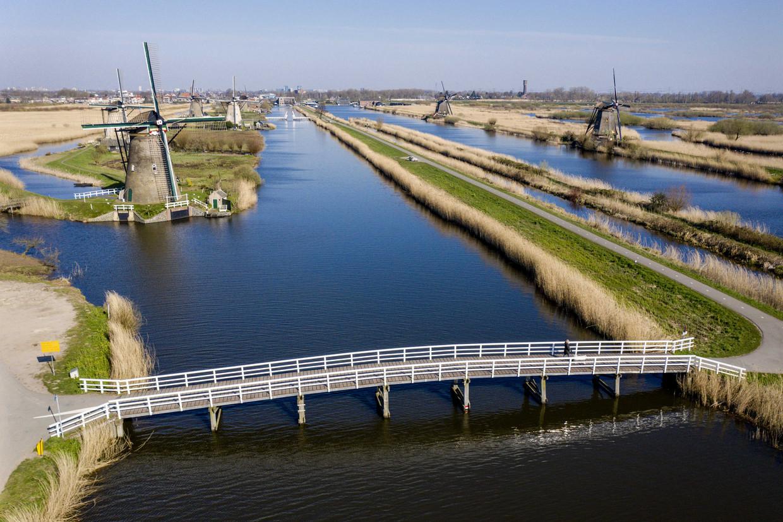 Het molencomplex in Kinderdijk, normaal een toeristische trekpleister, nu uitgestorven.