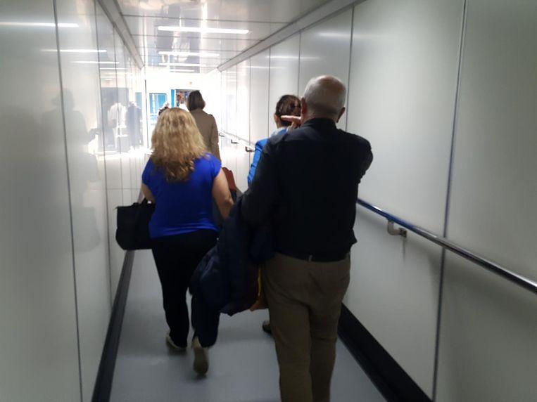 12:45 Op weg naar het vliegtuig Beeld Dion Mebuis