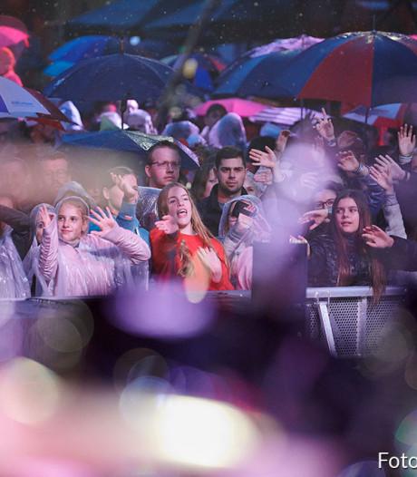 Rooskleurig Festival in Roosendaal 's avonds ondanks regen groot succes