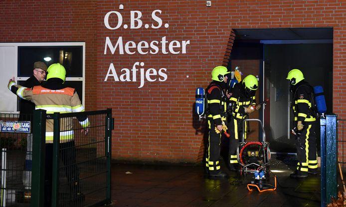 De brandweer een jaar geleden bij de basisschool Meester Aafjes.