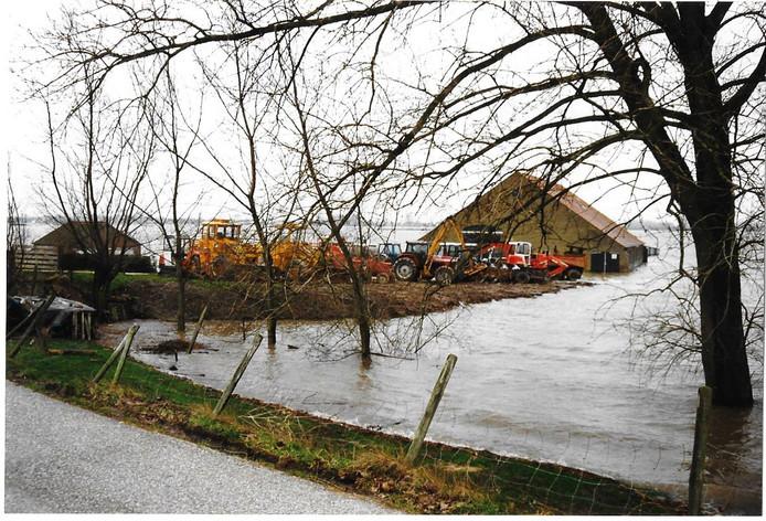 De boerderij van Vermue in de door het hoogwater volgelopen uiterwaarden.