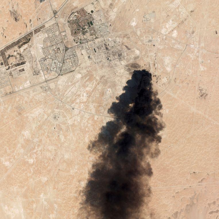 Op satellietbeelden is te zien hoe dikke pluimen zwarte rook opstijgen boven raffinaderij Abqaiq. Beeld AP