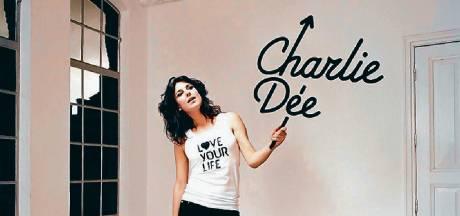 Zangeres Charlie Dée zoekt foto's van voor de coronatijd voor clip over eenzaamheid