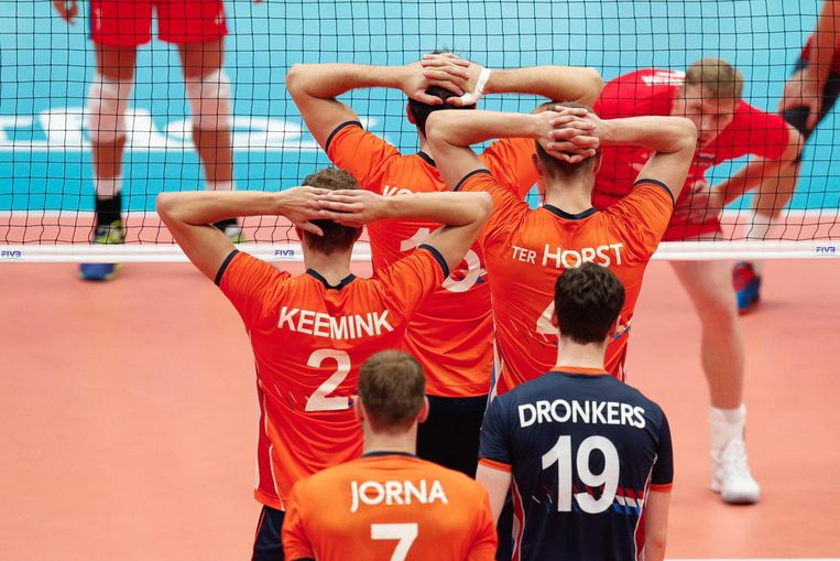 Spelers van het Nederlandse nationale team klaar om te verdedigen tijdens het FIVB wereldkampioenschap. Beeld