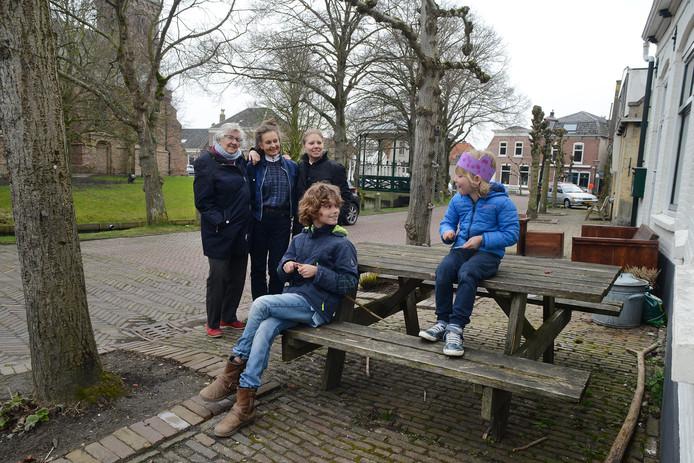 Leni Verduyn-de Boer, Vera de Jong , moeder Andrea Meyer en Daan en Stef(rechts).