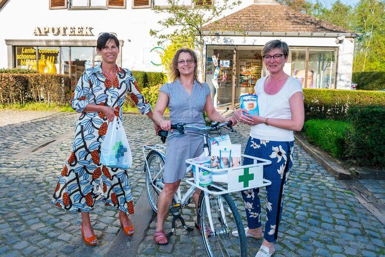 Eigenares Cecile Dehing, assistente Lilly Verhoeven en apothekeres Hilde Coenen met hun nieuwe apothekersbakfiets.
