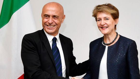 Italiaanse minister van Binnenlandse Zaken Marco Minniti (links)met Zwitsers bondraadslid Simonetta Sommaruga (rechts) tijdens een bezoek aan Zurich vorige maand.