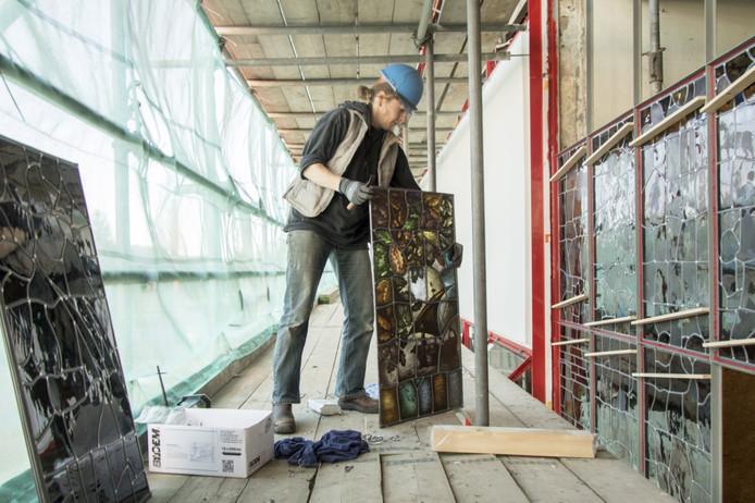 Het oude glas-in-loodraam wordt terug in het Jongeriuscomplex geplaatst.