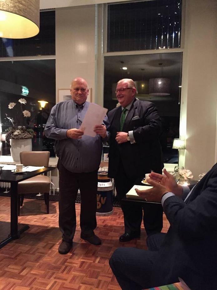 Benny Wezenberg (links) kreeg de Thorbeckepenning van de VVD. Foto: VVD Kampen
