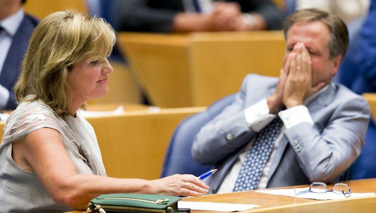 Pia Dijkstra naast fractievoorzitter Alexander Pechtold in 2016, net nadat de donorwet in de Tweede Kamer met de kleinst mogelijke meerderheid was aangenomen: 75 om 74 stemmen. Beeld ANP