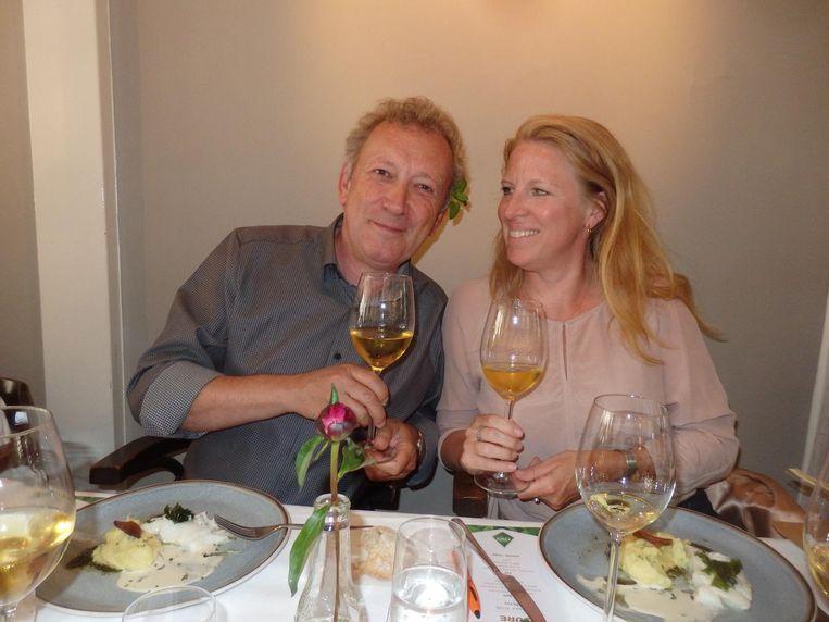 Wijnschrijvers onder elkaar. Onno Kleyn is net door Esmee Langereis versierd met een blaadje citroenmelisse. Het staat hem goed. Beeld Schuim