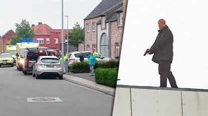 Vrouw vermoord, kinderen vastgebonden: politie plukt gewapende dader van dak flatgebouw, ook tweede verdachte opgepakt