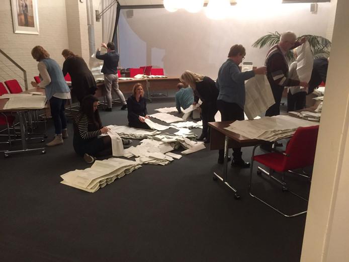 Stemmen tellen in de Hoeksche Waard.