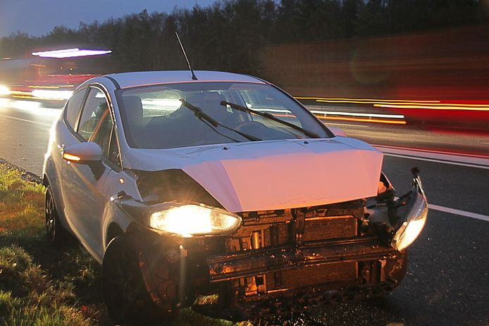 Meerdere ongevallen op de A1 bij Bathmen. Deze auto liep veel schade op.