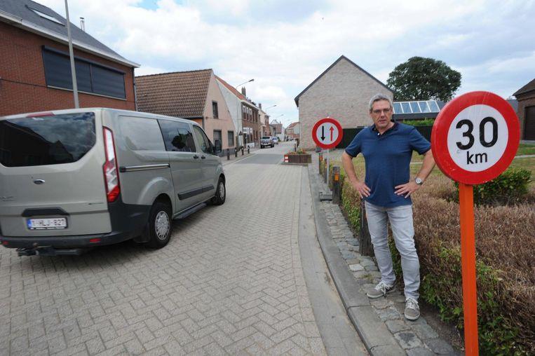 Schepen Wim Mombaerts (Klaver/N-VA) aan de wegversmalling in de Lesagestraat. In afwachting van de ANPR-camera werden er al voorrangsborden geplaatst en ook een zone 30 ingevoerd.