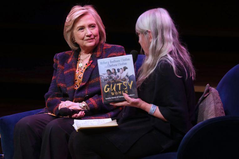 Hillary Clinton in Londen waar ze het boek voorstelt dat ze samen met haar dochter Chelsea schreef: 'The Book of Gutsy Women', ofte 'Het boek over dappere vrouwen'.