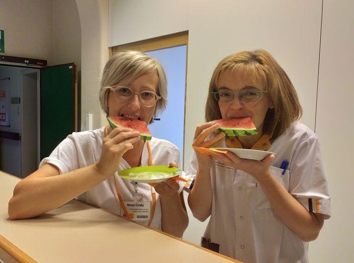 """Verpleegkundigen Cindy Maes (links) en Kathleen Vanmeensel (rechts) van Kort Verblijf RZ Tienen: """"IJskoude meloen werkt verkoelend voor onze patiënten maar ook voor ons. Morgen delen we verfrissende ijsjes uit."""""""