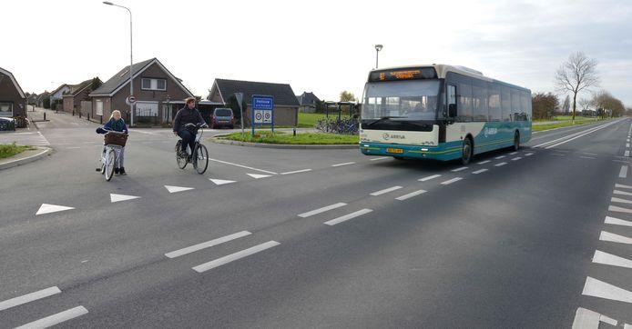 Fietsers wachten bij het gevaarlijke kruispunt van de N830 in Hellouw totdat ze kunnen oversteken.