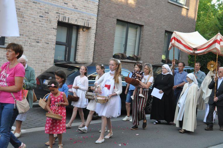 Heel wat gelovigen en omwonenden vergezelden de zusters bij de rondgang met het sacrament op Sacramentsdag rond het begijnhof aan de Cypriaan Verhavertstraat.