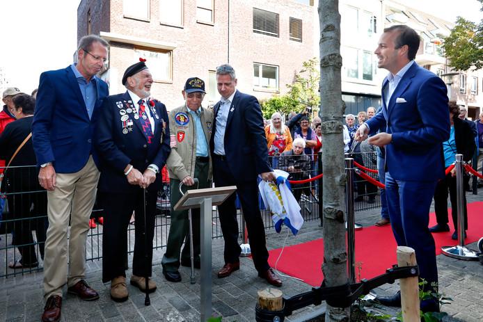 De veteranen Joe Cattini (links) en Armando Marquez onthullen een plaquette. Rechts wethouder Stijn Steenbakkers. Naast Marquez Frank van Dijk van de Stichting 18 september.