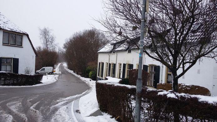De kleur van de sneeuw sluit mooi aan bij de witgepleisterde huizen in de buurtschap Tiengeboden, bij Ooij.