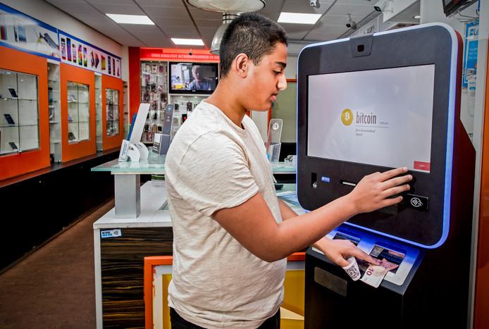 Contant geld inwisselen voor bitcoins, het kan bij Zon Teleshop aan de Groene Hilledijk.