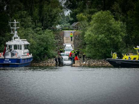 Dode in auto bij Giesbeek uit het water gehaald