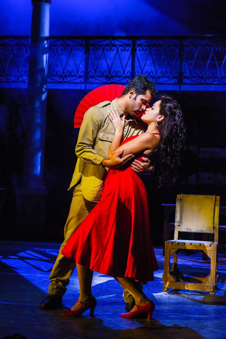 Soldaat José (Saeed Mohamed Valdés) en Carmen (Luna Manzanares Nardo) in musical 'Carmen la Cubana' Beeld Nilz Boehme