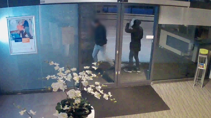 De politie is op zoek naar getuigen, zoals deze twee mannen die 's nachts het pand in hebben gekeken.