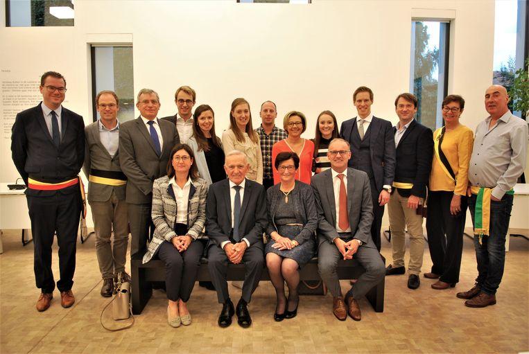 André Van Quathem en Anna De Smul met hun familie en het gemeentebestuur van Zulte.