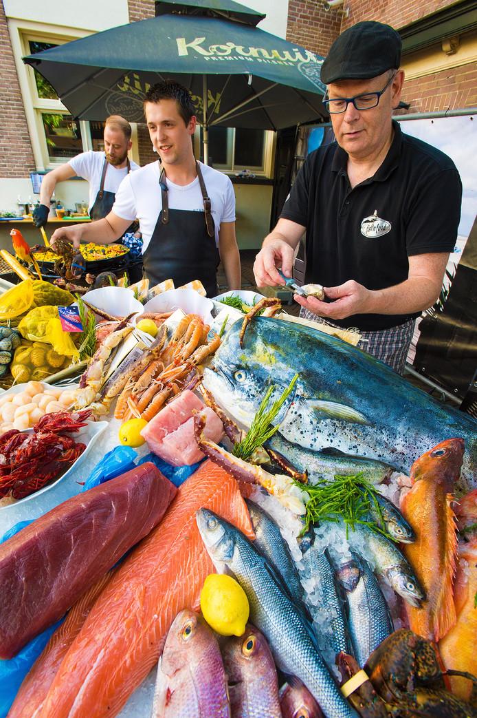 Geïnspireerd door Katwijk en Scheveningen, bieden Alger van Nieuwenhuizen (Stadscafé) en Jacob Heijnen (Fish 'n Food) Apeldoorners vis-delicatessen uit de hele wereld.
