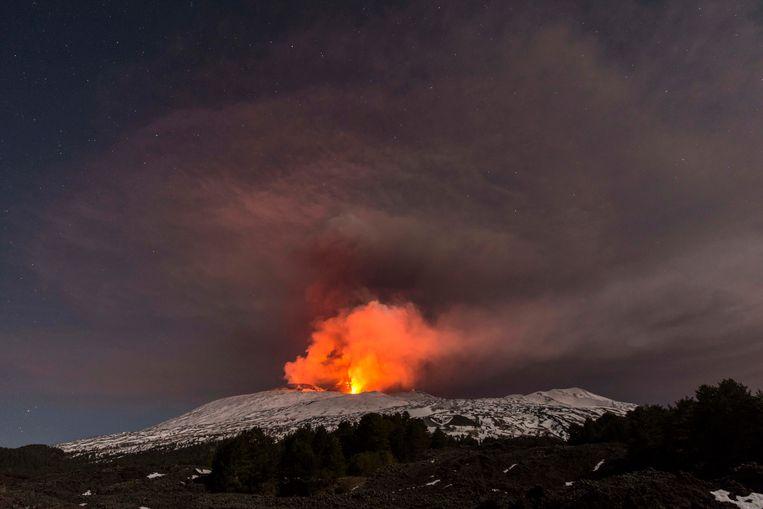 De etna kende kort voor de middag een uitbarsting. Toeristen raakten gewond, net als Italiaanse wetenschappers die recente uitbarstingen bestudeerden.