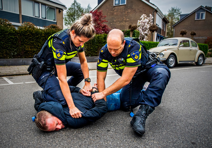 Deelnemers van politie gaan zogenaamd samen een boef vangen met het interactieve spel 'Boef in de Wijk'.