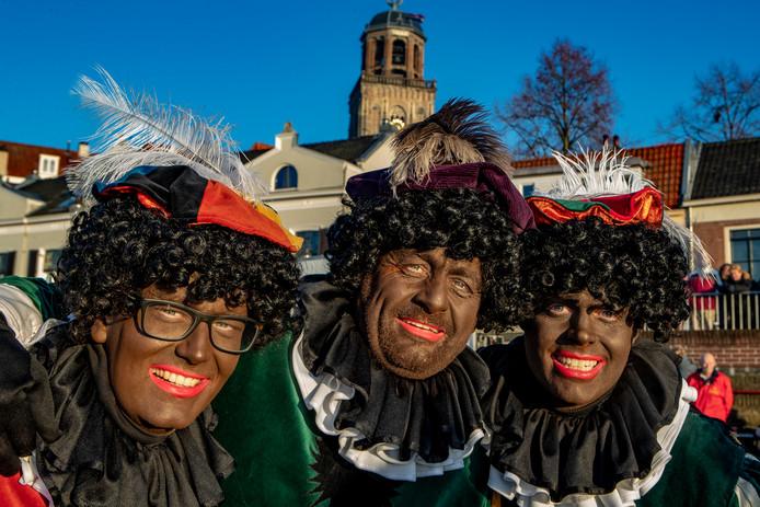Bruine pieten tijdens de intocht in Deventer.