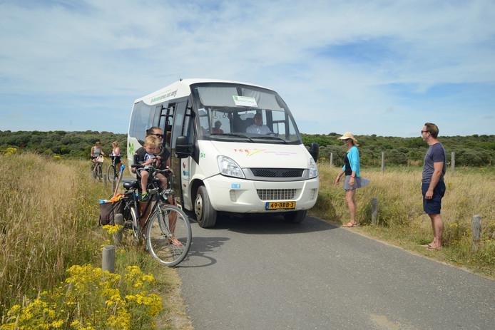 Dit busje rijdt achttien keer heen en weer en passeert fietsers en wandelaars over een smalle weg met paaltjes. Paarden kunnen er dus niet meer bij.