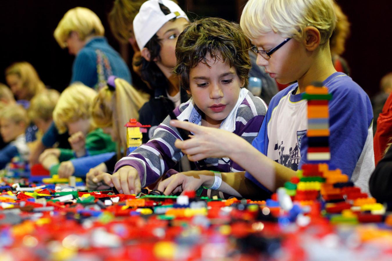 Kinderen doen mee aan een Lego-bouwwedstrijd tijdens Lego World in Zwolle.