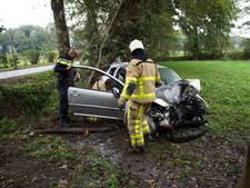 Agenten en omstanders halen bestuurder uit brandende auto na ongeluk