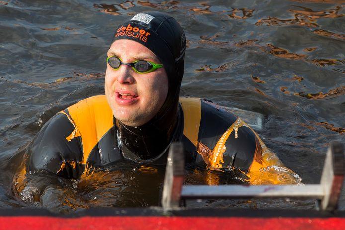 Maarten van der Weijden tijdens zijn Elfstedenzwemtocht.