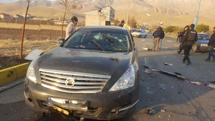 De auto van Fakhrizadeh werd in een voorstad van hoofdstad Teheran met een bomauto aangevallen en beschoten. De kernfysicus bezweek aan zijn verwondingen.