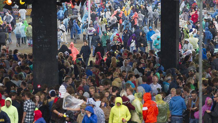 Regen op Lowlands 2013 Beeld null